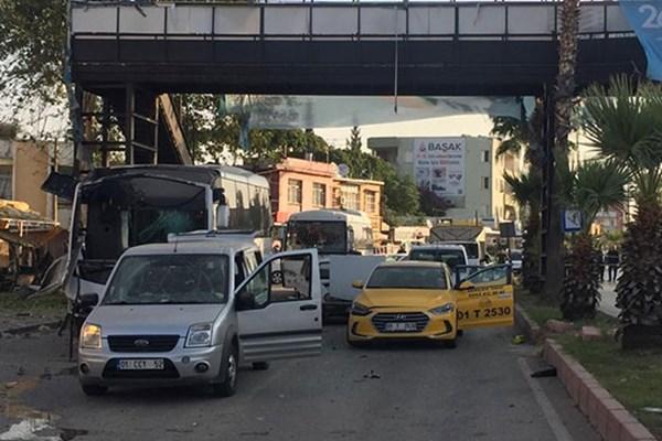 وقوع انفجار در مسیر اتوبوس نیروهای پلیس ترکیه + عکس