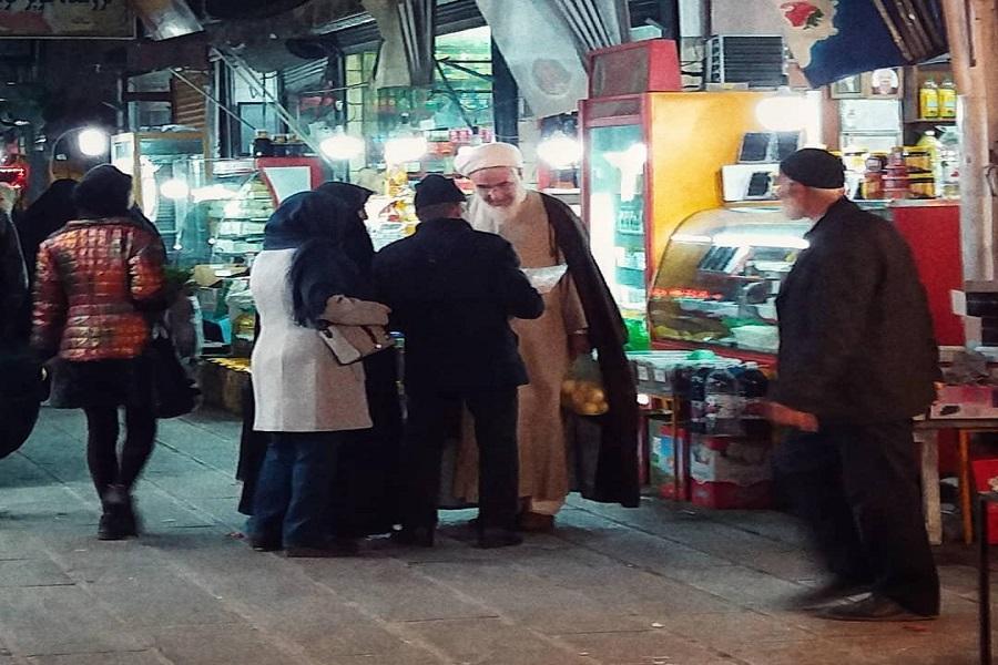 حضور امام جمعه قزوین در قطار آن هم بدون محافظ! + تصویر