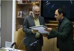 محسن مؤمنیشریف نشان درجه یک هنری گرفت