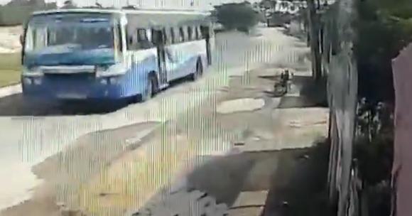 پرت شدن یک زن به بیرون از اتوبوس در حال حرکت + فیلم