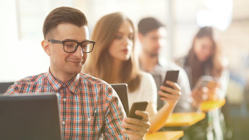 تفاوتهای معنادار رفتار زنان و مردان در شبکههای اجتماعی/ از علاقه زنان به سلفی تا خودمهم پنداری مردان در فضای مجازی