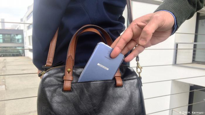 //// امروز///کش روی از جیب همراهان بیمار در حین ملاقات/ ۲۰ فقره موبایل قاپی سابقه سارق بیمارستانهای پایتخت