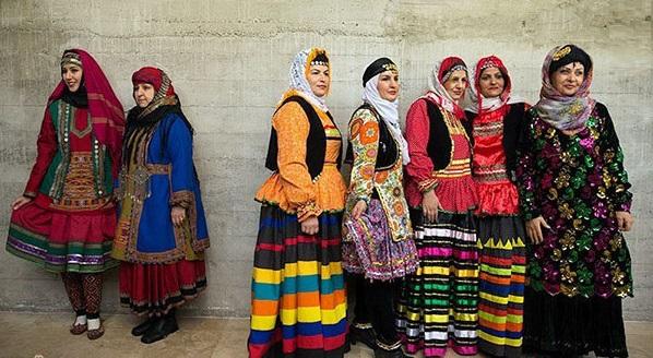 استفاده از لباسهای سنتی به چه دلیل کمرنگ شده است؟ / ما باید تابع مُد روز هم باشیم