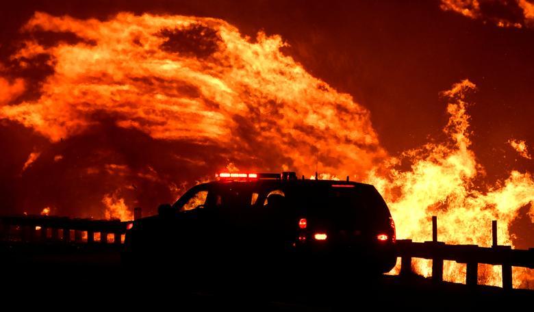 تصاویر هفته: از ادامه آتش سوزی گسترده در کالیفرنیا تا خوردن بزرگترین ساندویچ برگر در تایلند