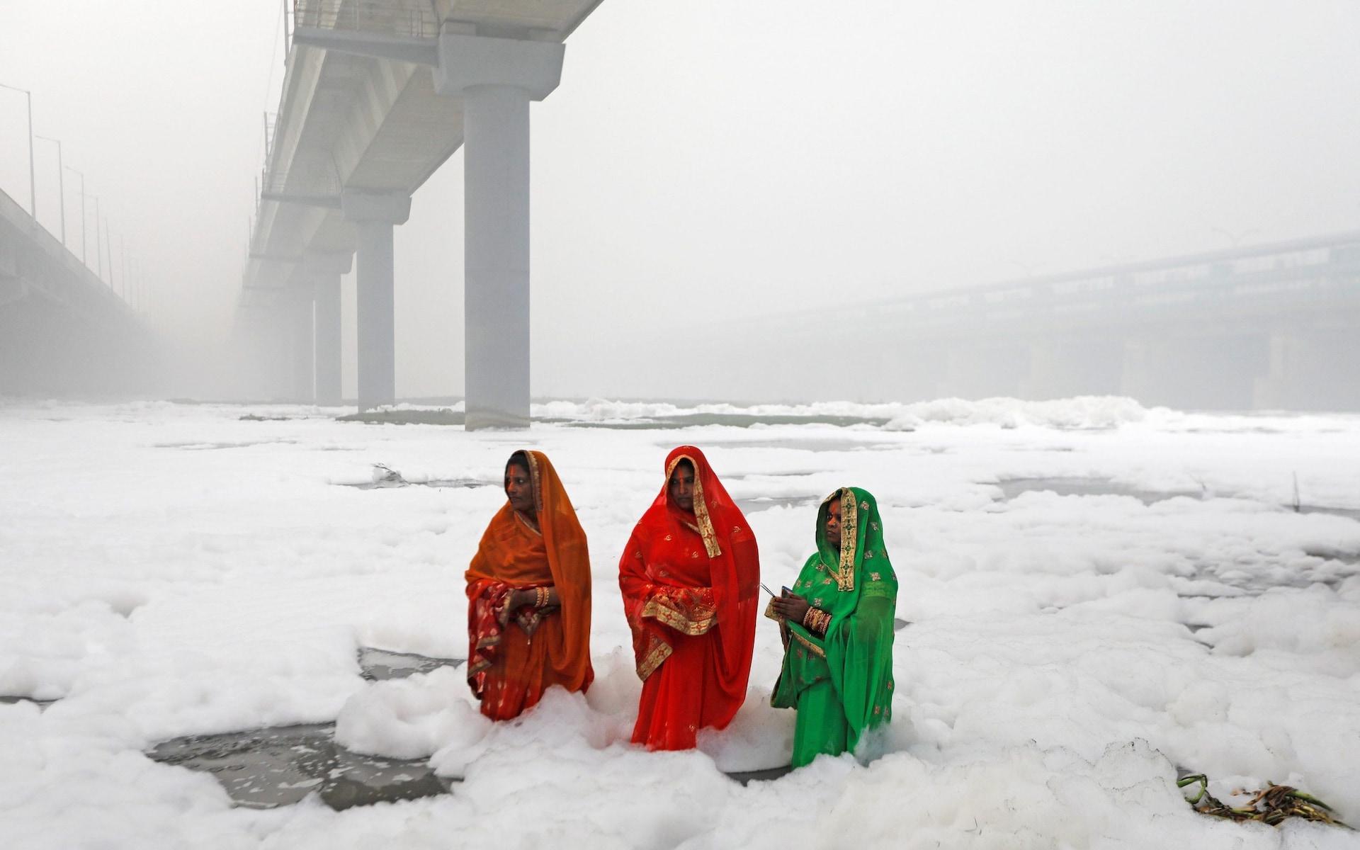 تصاویر روز: از دعای زنان هندی در آب آلوده رودخانه تا ادامه درگیری ها در هنگ کنگ