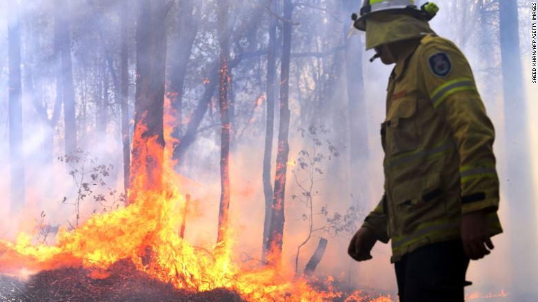 تلاش آتشنشانان استرالیایی برای مهار آتش در نیو ساوت ولز