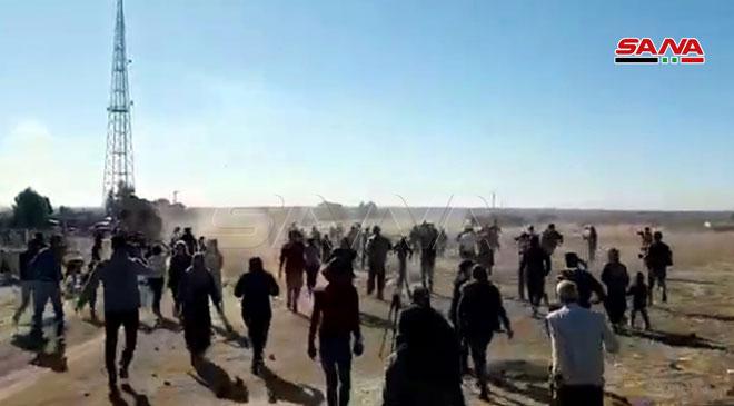 سوریها با پرتاب کفش به استقبال گشتیهای ترکیه رفتند+ تصاویر