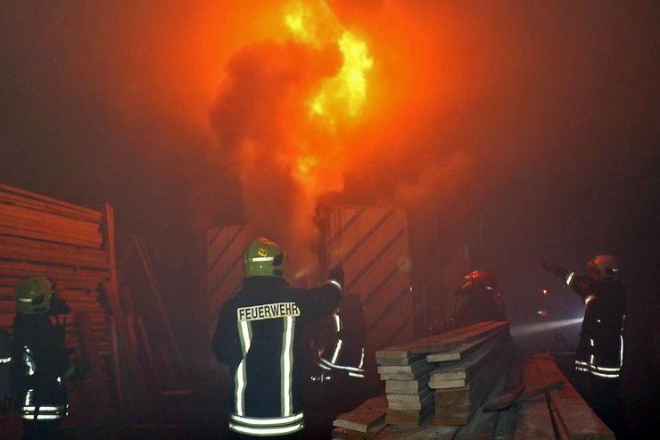 مهار آتش سوزی در یک کارگاه تولید چوب
