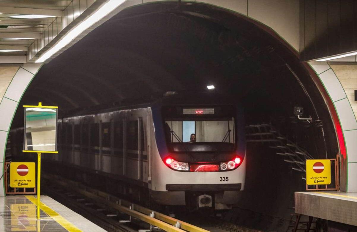 ازدحام بیش از حد مسافران در ایستگاههای خط ۲ مترو به علت نقص فنی