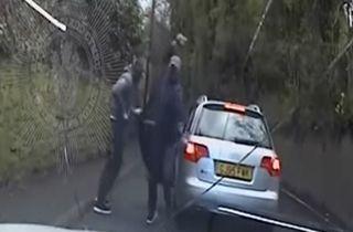 حمله سارقان به خودروی پلیس زن با سنگ + فیلم