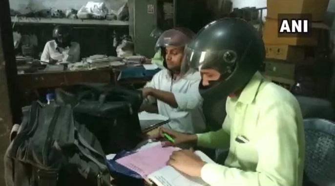 اقدام عجیب کارمندان هندی برای سالم ماندن +فیلم