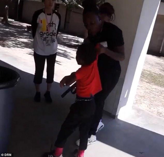 خشونت علیه کودکان در آمریکا، اینبار مادری که کودک خود را با کمربند کتک میزند + فیلم