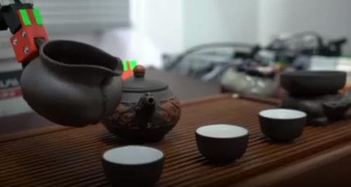 با این ربات نحوه چای ریختن را یاد بگیرید+فیلم