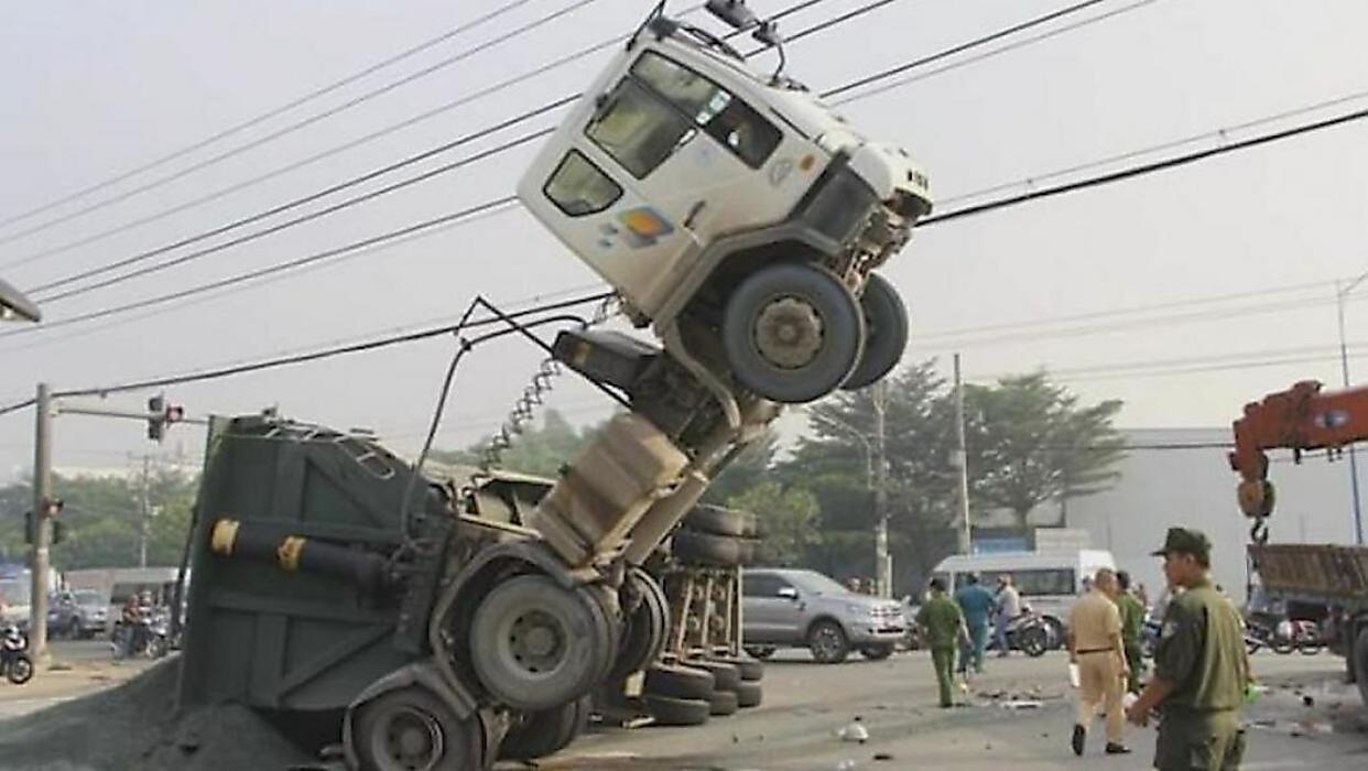 تصادف وحشتناک دو کامیون حامل بار +فیلم