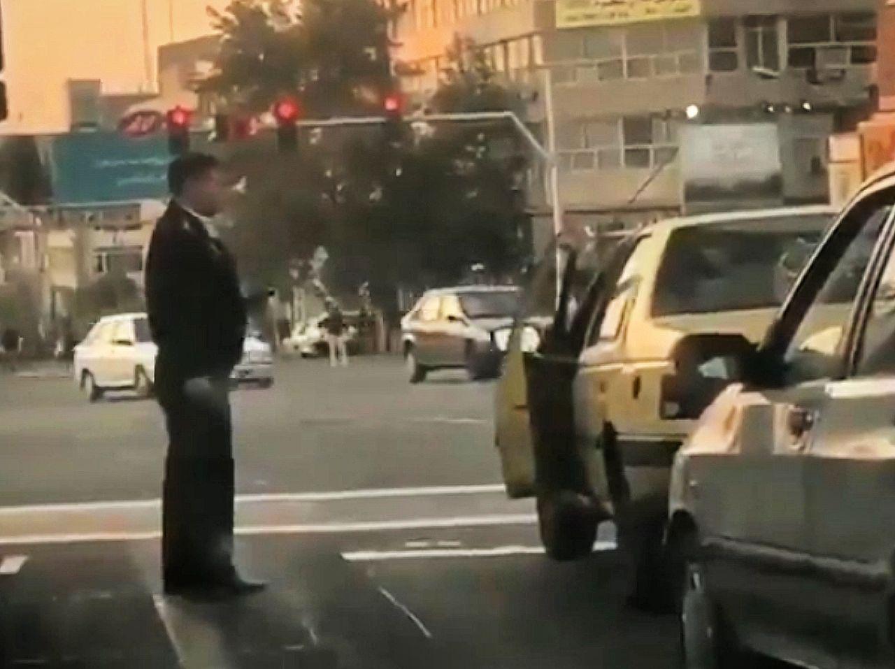 تذکر پلیس راهور به رانندهای که سیگار خود را روی زمین انداخت + فیلم