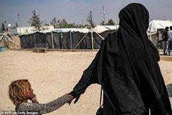 آشوب بیوههای چاقوکش داعشی و تروریستزادهها در «الهول»/ شما را ذبح خواهیم کرد! + عکس