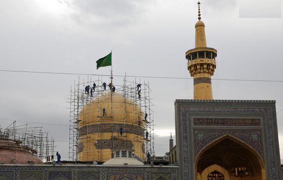 گنبد امام رضا علیهالسلام چگونه شسته میشود؟ + فیلم