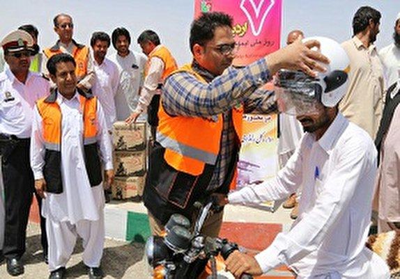 باشگاه خبرنگاران - توزیع ۲۶۰۰ کلاه ایمنی بین موتورسواران سیستان و بلوچستان