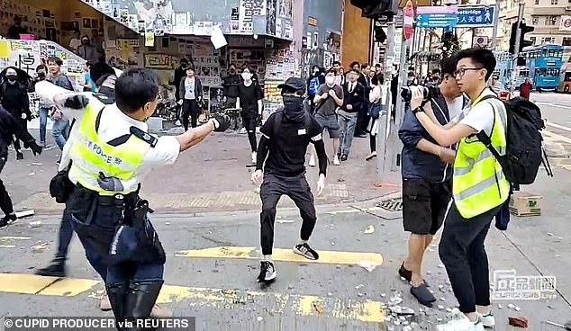 ویدئویی از لحظه شلیک پلیس هنگ کنگ به یک جوان و کشته شدن وی + فیلم