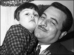 عکسی از کودکی ایرج نوذری در آغوش پدرش