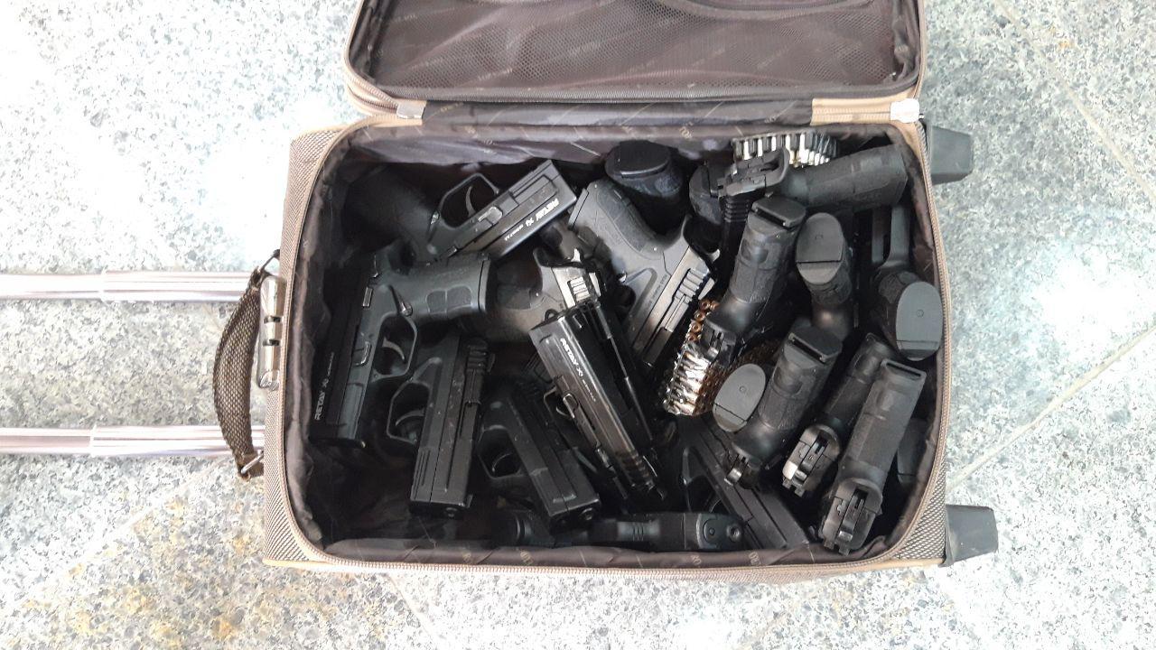 کشف ۲۲ قبضه کلت کمری و ۲۰۰ فشنگ ۹ میلیمتری از قاچاقی اسلحه+ عکس