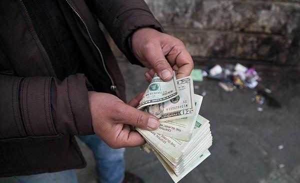 رئیس کانون صرافان: افزایش ۲ درصدی قیمت دلار نگران کننده نیست/ مردم خریدار نیستند