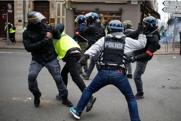 پلیس فرانسه بیش از ۱۰۰ تظاهرکننده را در پاریس بازداشت کرد