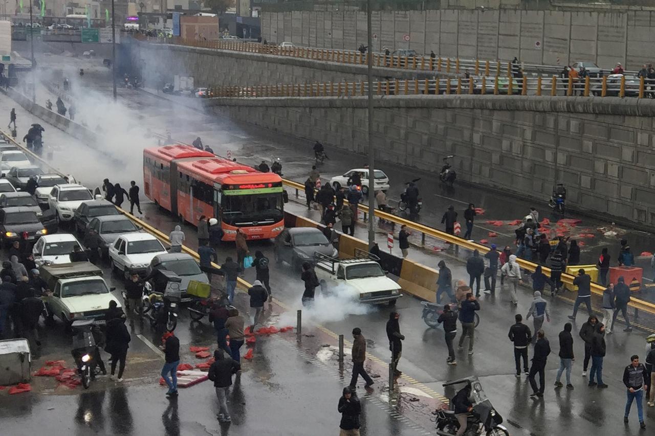 روایت شاهدان عینی از تحرکات مشکوک در اعتراضات بنزینی/ این رفتارها کار مردم عادی نیست + عکس