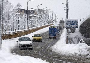 بارش برف در محورهای استان قروین / جادهها لغزنده است