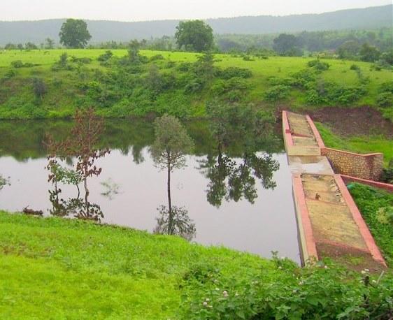 اجرای طرحهای آبخیزداری برای جلوگیری از سیلاب و فرسایش خاک