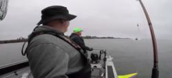 خطری که از بیخ گوش ماهیگیران گذشت + فیلم