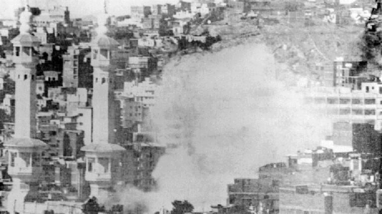 انتشار نخستین فیلم تاریخی از حمله مسلحانه به خانه خدا+ فیلم و تصاویر