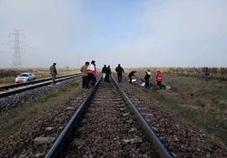 ۲ کشته در برخورد قطار با پراید در آبیک + تصاویر