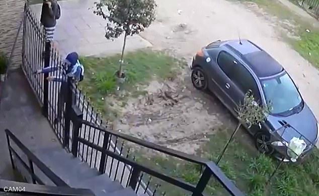 لحظه شلیک گلوله به سارق مسلح در مقابل درب خانه +فیلم//
