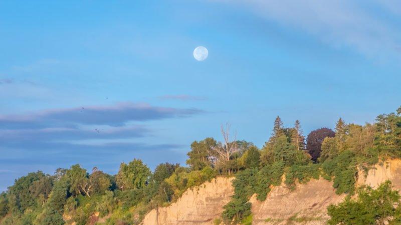 چرا گاهی در طول روز ماه را در آسمان مشاهده میکنیم؟