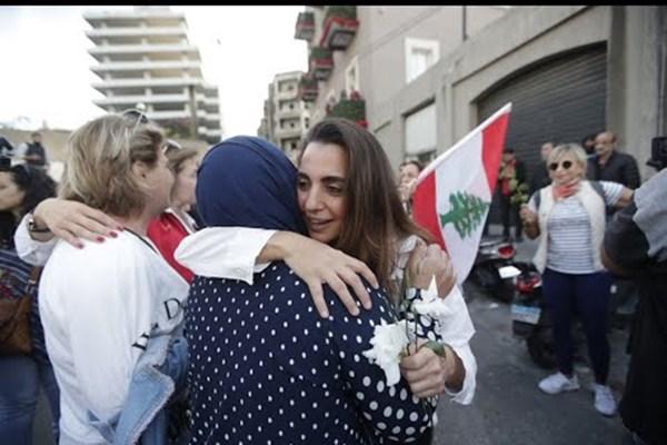 زنان لبنانی با گُل به میدان آمدند + تصاویر
