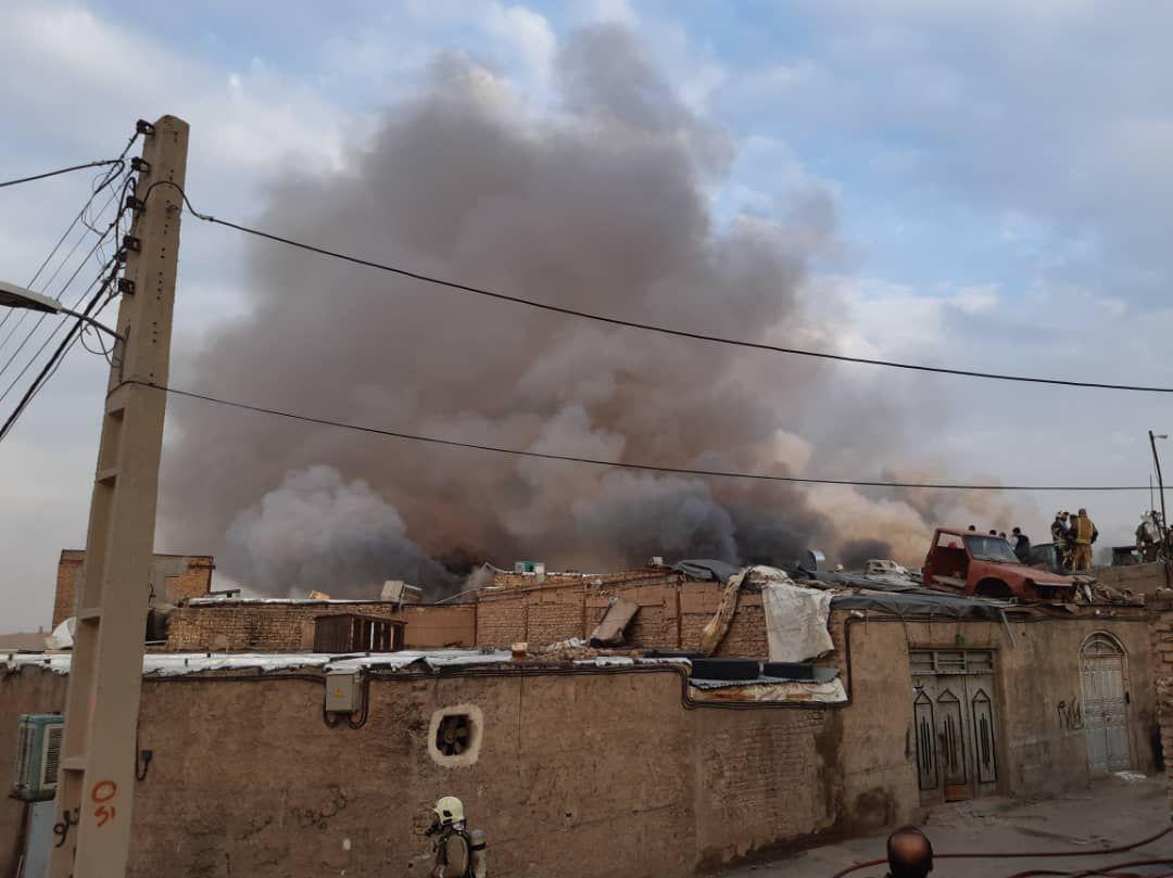 آتش سوزی در کارگاه تولید پوشاک در جاده خاوران/ حادثه مصدومی نداشت