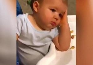 واکنش خنده دار کودک به شیطنت برادرش
