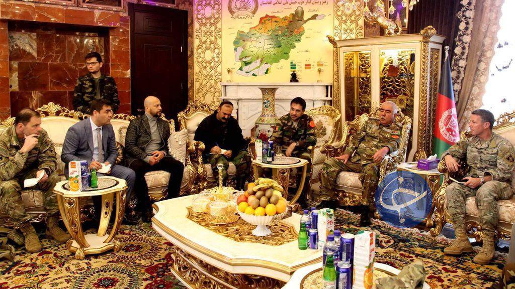 پذیرایی افغانستانیها از ژانرال آمریکایی با آبمیوه ایرانی + عکس