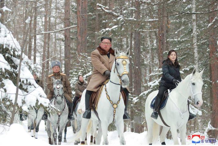سوار شدن کیم جونگ اون بر اسب سفید پیامی برای آمریکا+عکس