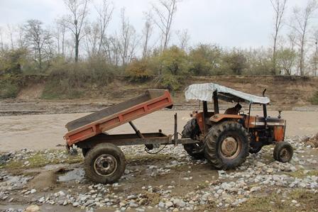 توقیف یک دستگاه تراکتور حین حمل غیر مجاز مصالح رودخانه