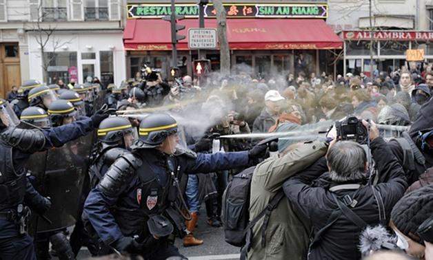 استفاده پلیس فرانسه از گاز اشکآور برای متفرق کردن تظاهرکنندگان