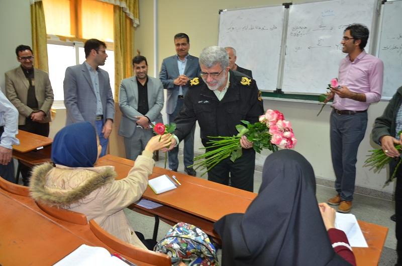 اهداء گل توسط فرمانده انتظامی فارس به دانشجویان