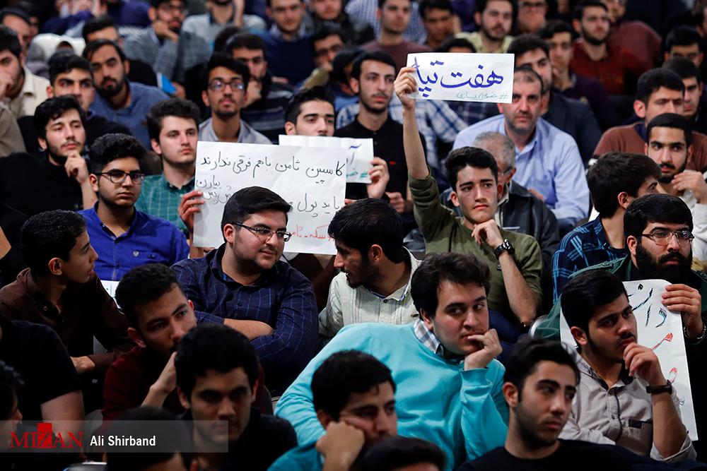 حواشی دیدار آقای رئیسی با دانشجویان دانشگاه تهران/ از شعارهای احساسی دانشجویان تا حضور راننده پیک موتوری
