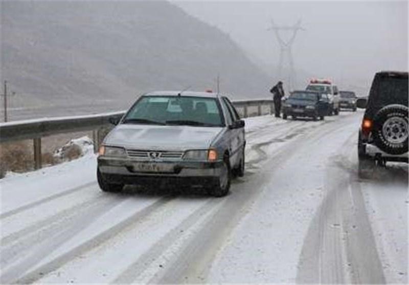 بارش برف جادههای همدان را لغزنده کرد