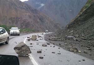ریزش کوه در محور فیروزآباد جم به خیر گذشت
