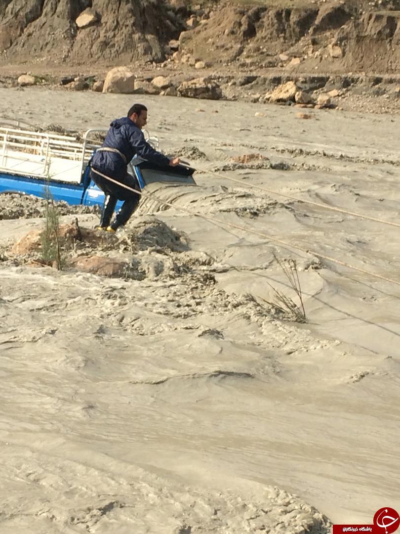 جریان آب یک دستگاه ماشین را با خود برد/نجات یک شهروند از مرگ حتمی در بارندگی