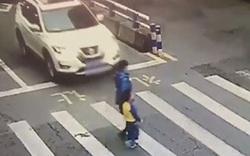 صحنهای جالب از عصبانیت کودک مقابل رانندهای که مادرش را زیر گرفت