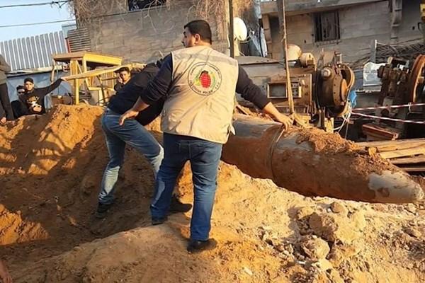 کشف بمب یک تُنی در نوار غزه + عکس