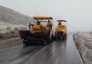 روکش آسفالت جاده در هوای برفی!! + فیلم